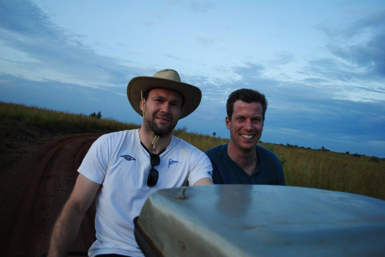 Mathisen og Opdal på taket av bilen på jakt etter dyr