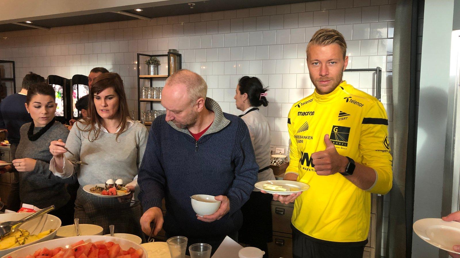 Henrik Robstad godt fornøyd med frokostbuffeten på Scanic Bystranda Hotell