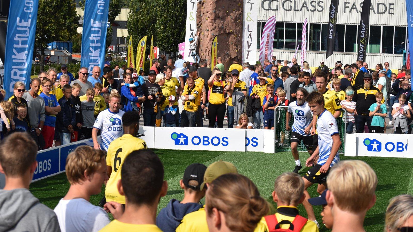 Showkamp mellom Starts gatelag og de tre Start-heltene Mykland, Strømstad og Stokkelien! Foto: Fredrik Fjellvang