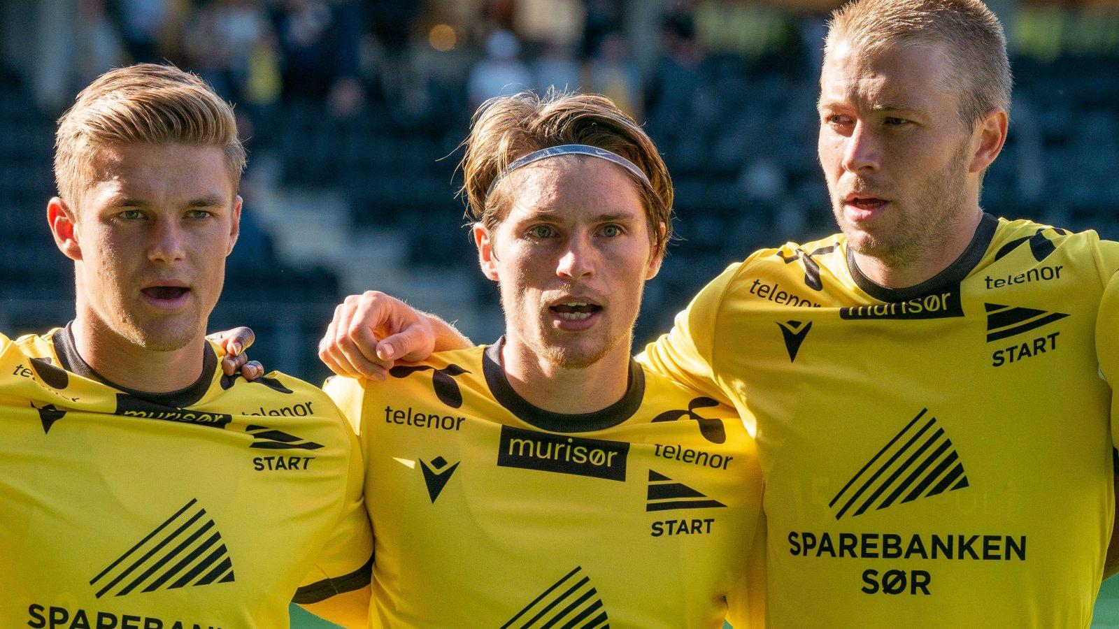 Mathias, Kasper og Henrik synger hymnen