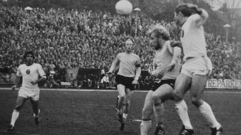 "Svein Otto Birkeland og Trond Pedersen i hjemmekampen mot Eintracht Braunschweig (hentet fra ""START i hundre"")."