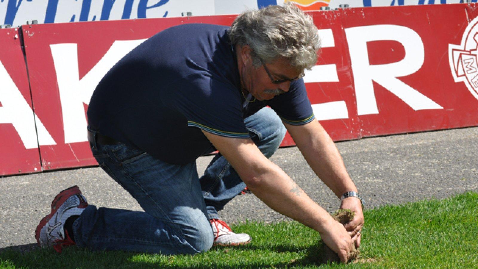 Kai Eriksen fjerner gress
